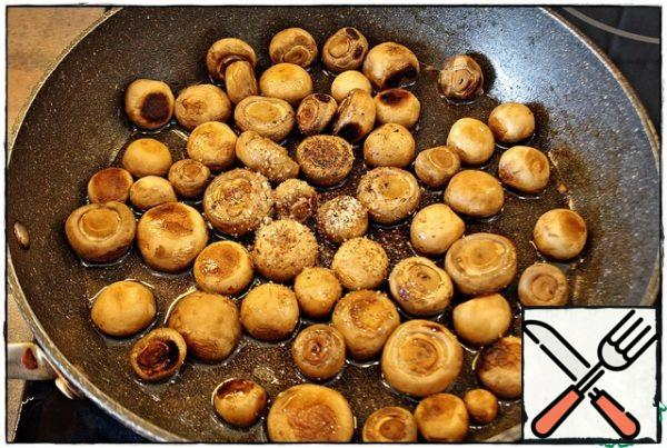 When all the moisture has evaporated, add a little vegetable oil, salt and pepper, mix and now we need to brown the mushrooms a little.