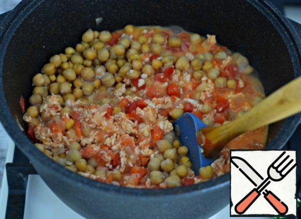 Pre-boiled (or canned) chickpeas pour into a saucepan with vegetables and minced meat.