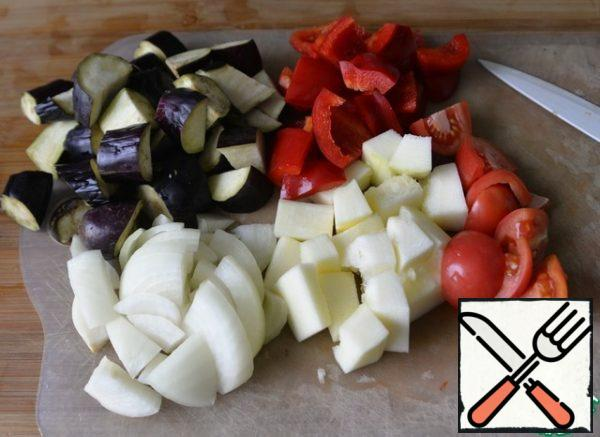 The number of vegetables, of course, is arbitrary and to your taste. Take: eggplant, zucchini or zucchini, bell pepper, onion, tomatoes. Wash, clean and cut into large pieces.
