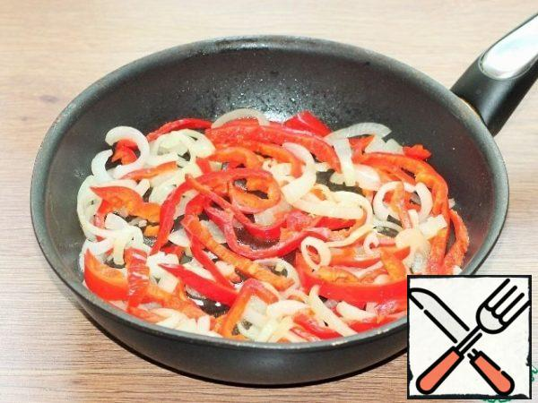 Sweet pepper is peeled from the seeds and cut into strips, add to the pan and simmer for 5 minutes.