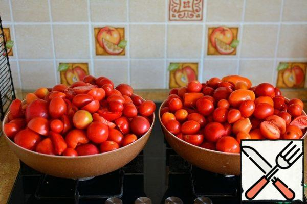 Wash tomatoes, cut out large stalks and damaged areas. I got 8 kg.