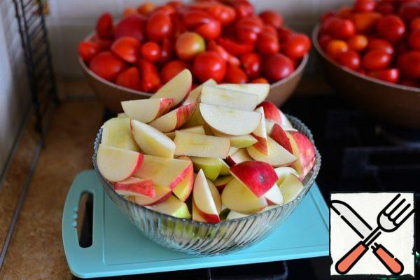 Apples are also washed, cut into slices without a core. Peel the onion and garlic. Of course, with such a volume as mine, only one preparation takes a sufficient amount of time. But it's worth it, so for ketchup for the winter, I always free up half a day.