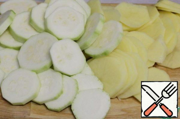Peel the potatoes and zucchini and cut them into slices – thinner potatoes, thicker zucchini.