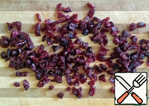 Cut the dried cranberry berries into smaller pieces. Stir in the dough.