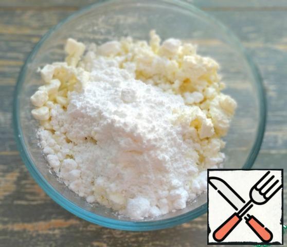 Add salt, powdered sugar, vanilla and semolina to the curd.