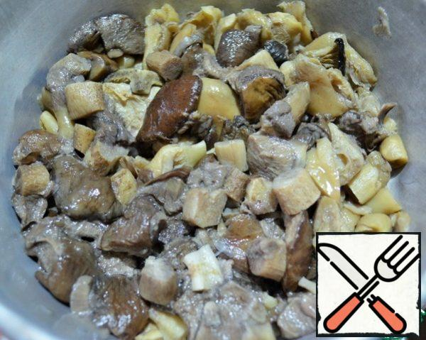 Boil wild mushrooms (25-30 minutes), rinse, let the water drain. Fry the onion, add the mushrooms, fry for 15 minutes, add salt.