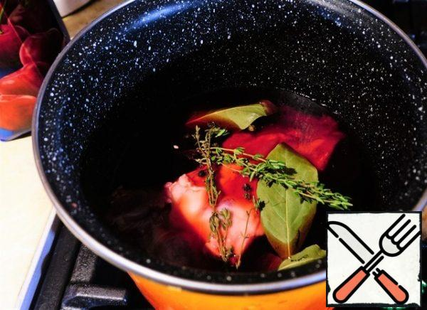 Transfer to a saucepan and pour in the cherry juice. Add salt, pepper, thyme and Bay leaf. Bring to a boil and simmer for an hour. Without cover. So the broth will become more saturated. And it is still useful To us if the ribs are not completely covered with juice, then during cooking we periodically turn them over.