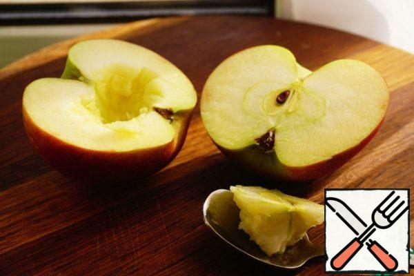 And while the ribs are cooking, we begin to prepare the marinade-glaze. Cut the Apple into 2 parts, remove the middle.