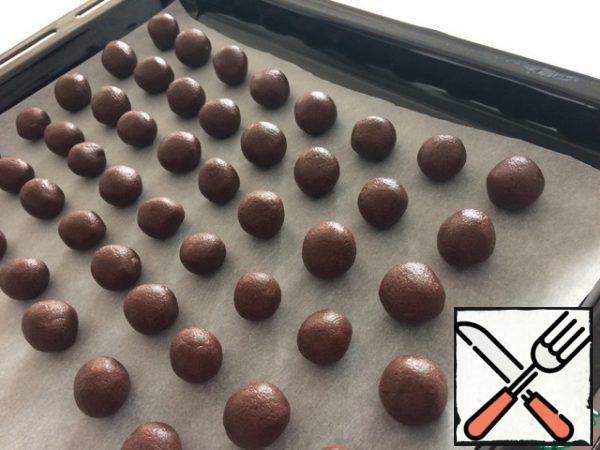 Roll balls between your palms. They are the size of a quail egg. Spread on a baking sheet covered with paper.