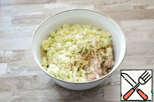 Add the chopped cabbage to the minced meat, season with salt and pepper. Add the semolina, egg, knead the minced meat well with your hands and send it to the refrigerator for 1-2 hours so that the semolina swells.Semolina is semolina made from durum wheat. You can replace the usual semolina, bran, ground oatmeal or breadcrumbs.