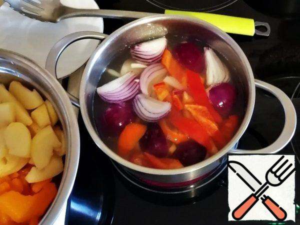 In the same water, run the onion, garlic and pepper, from the moment of boiling, cook for no more than 2 minutes, throw in a colander.