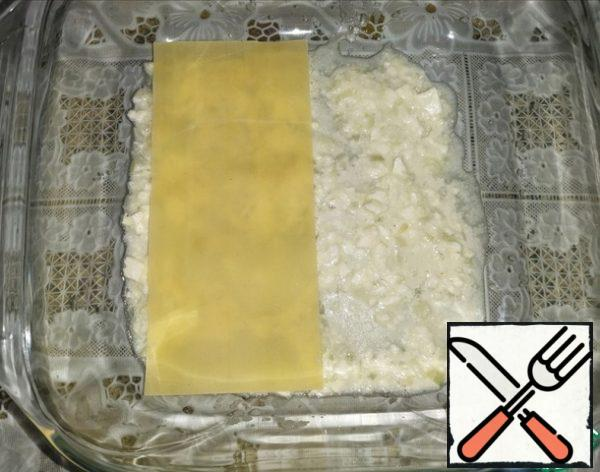In a square heat-resistant form (I have 20x20), put 3-4 tablespoons of sauce. Put 2 - 2.5 sheets of lasagna on it,