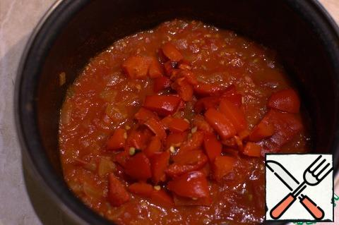 Add chopped baked pepper to the tomatoes, boil over low heat until the desired consistency of the sauce, salt, add paprika, add a pinch of sugar.