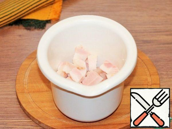 Put the pieces of Turkey fillet and sliced bacon in the bowl of a blender and chop.