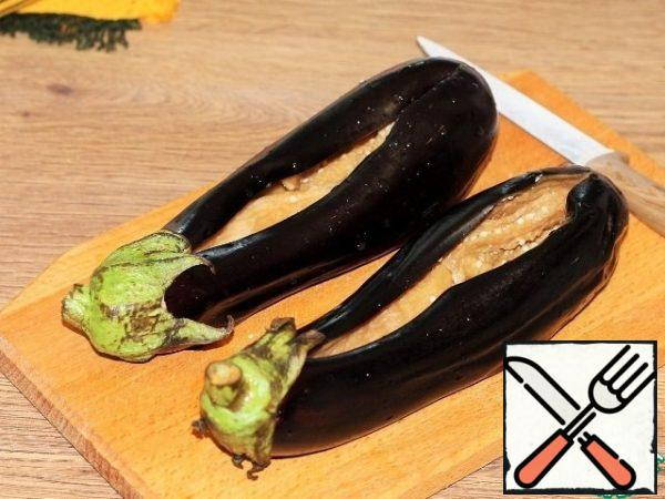 Cut the eggplant on top. Seeds are removed at will.