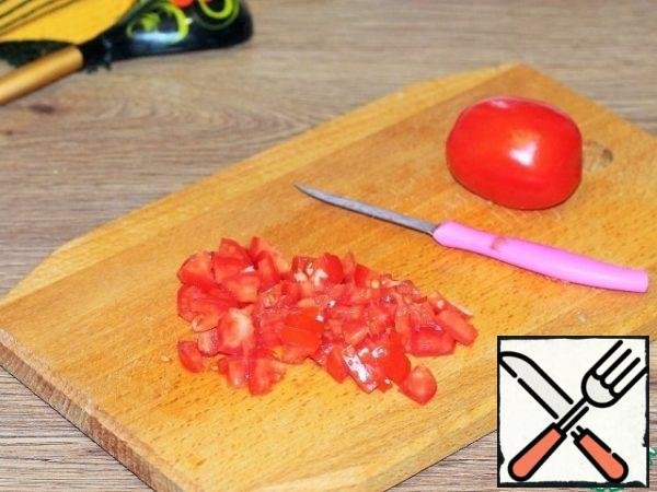 Prepare the sauce. Finely cut into cubes 1 tomato.