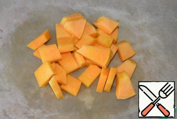 Cut the pumpkin into cubes.