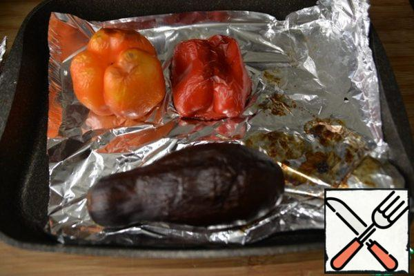 After 40 minutes, remove the pepper, eggplant and garlic.