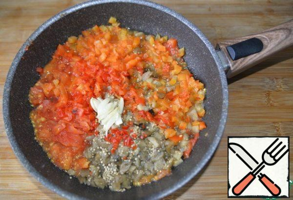 Put the chopped vegetables in the pan, add the chopped hot pepper, squeeze the baked garlic out of the shell.