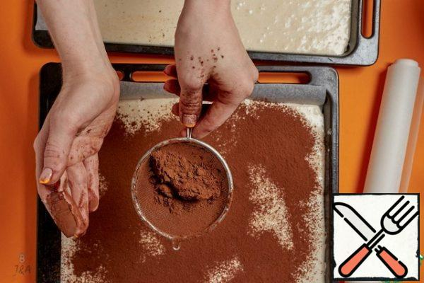 Sprinkle with the cinnamon and cocoa mixture. It is better to take it alkalized, tastier and more aromatic.