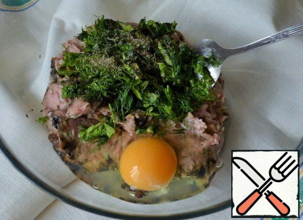 In a bowl, mix the minced Turkey (chicken), chopped herbs and mushrooms, and egg. Season with salt and pepper.