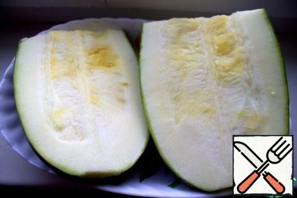 Zucchini with thin skin can not be cleaned, just remove the seeds.