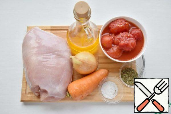 Prepare the filling products: Turkey meat, onions, carrots, vegetable oil, salt, a mixture of herbs of Provence, ground black pepper, tomatoes in juice.