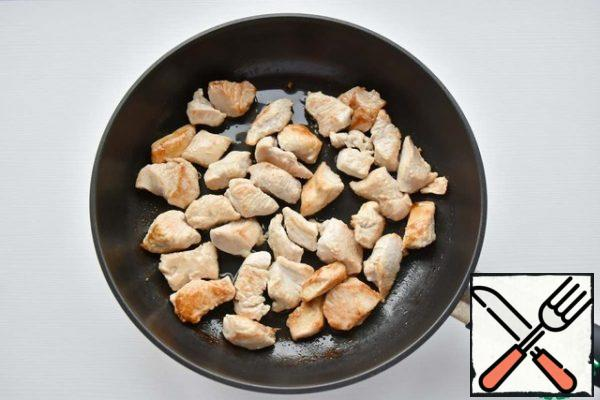 In a frying pan, heat the vegetable oil, put the Turkey and fry on all sides until Golden.