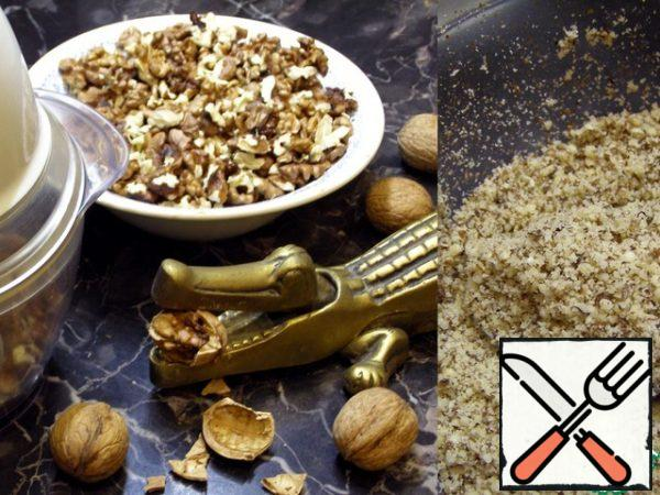 You may have noticed that there is no flour in the composition. It will be replaced with nuts. Peel the nuts and in any way convenient to you, chop them as small as possible.