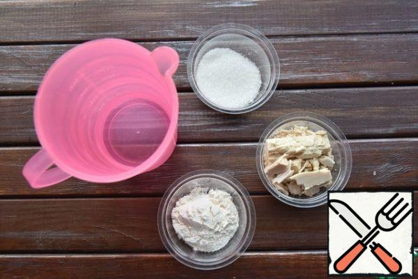 "To prepare products for the dough: warm water, sugar and flour. Combine everything and stir until the yeast and sugar are completely dissolved. Leave in a warm place to rise and form a ""foam cap""on the surface."