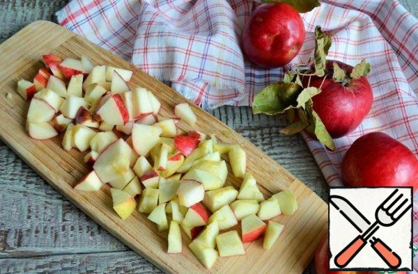 At this time, prepare the caramelized apples. Wash them, remove the core, cut into cubes.