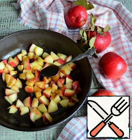 In a frying pan, heat the melted butter, fry the apples, medium heat, 2-3 minutes. Pour in the molasses and simmer for another couple of minutes. Do not mix intensively, shaking, try to save the Apple slices.
