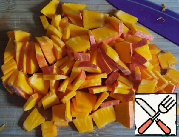 Cut the pumpkin into thin slices.