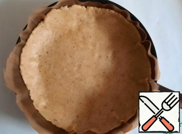 Transfer the dough to the form for Kish, I don't have one, I used a frying pan with a diameter of 24 cm. The dough should be slightly larger than the bottom of the mold, as you can see in the photo. Put in the oven and bake at 170 degrees for 20 minutes.