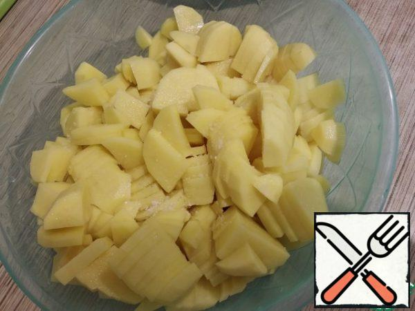 Salt the sliced potatoes and mix thoroughly. If you salt a little each layer - the taste is more harmonious. Add sour cream and mix again.