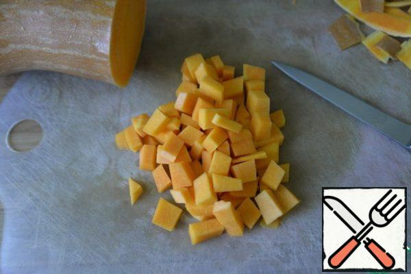Peel the pumpkin and cut it into cubes.