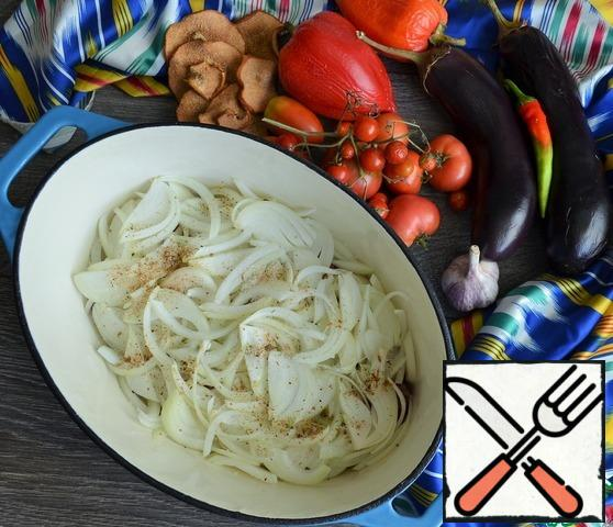 Peel the onion, cut it into feathers, put it on the meat and add salt. Onions need a lot, the meat should be stewed in its juice.