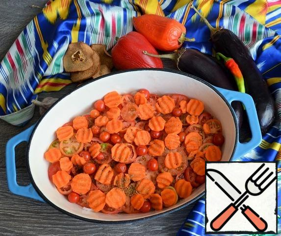 On the onion-tomato pucks and a layer of carrots, add salt, sprinkle with cumin.