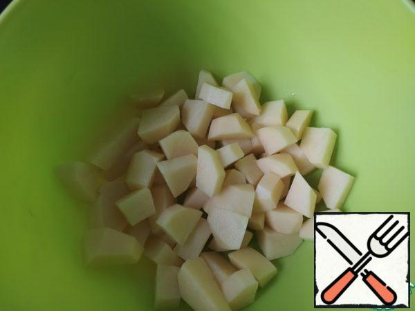 Peel the potatoes and cut them into pieces, 5 mm thick and 2-3 cm long. Cut all the vegetables quite large. Then you will not have to catch them with a fork on the plate when you eat dinner, and the dish will look beautiful and rich.