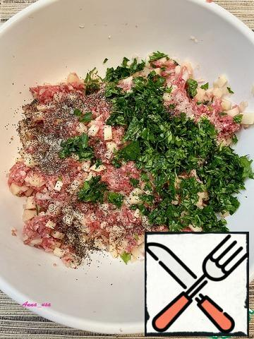 Add onions, potatoes, salt, pepper (you can add your favorite spices), chopped herbs (I have parsley) and one tablespoon of vegetable oil to the minced meat. Mix everything well.