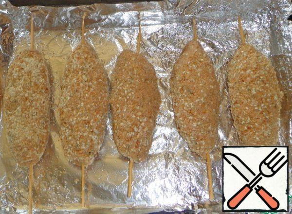 Cover the baking sheet with foil and oil. Put the skewers with the pieces. Bake in the oven until Golden brown approximately 35 minutes at 180 degrees.