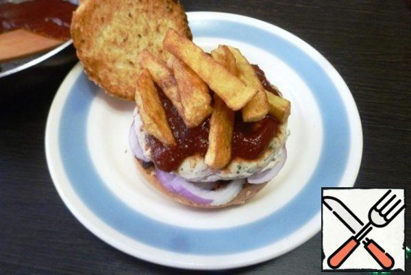 Collect Cuban frita. Put a little sauce on half of the bun, a ring of sweet onions (if desired), then put the cutlet, sauce again and add the fried potatoes.