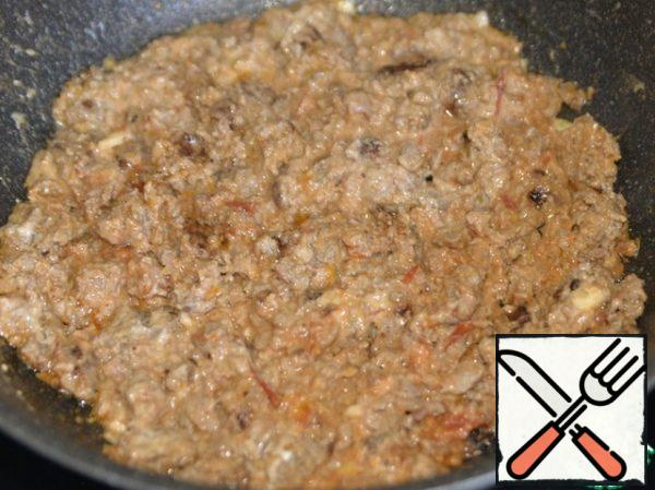 Mix the minced meat and simmer over medium heat for 10 minutes.