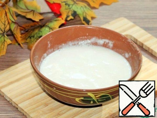 Sift the flour. Prepare the sourdough. Mix 2 tablespoons of flour with yeast (1 tsp). In warm water (50 ml), stir the sugar (2 tsp), and then stir in the flour mixture. Cover the bowl with a lid and put in a warm place until a foam cap forms, about 20 minutes.