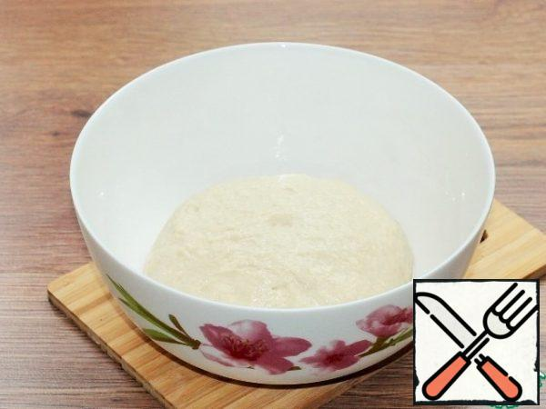 """Grease the bowl and dough with vegetable oil. Cover the bowl with a film so that the dough does not wind up, and put it in a warm place to lift the dough 2.5 times. """"Warm place"""" - it can be heated to a minimum t 30 C oven or microwave (at the bottom of the heated microwave oven lay a towel)."""