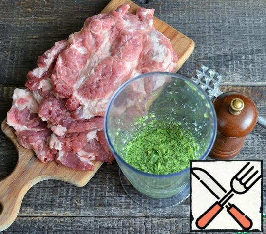 Beat the meat to the desired thickness, it is more convenient to do it in a package. In a blender, break up the onion, garlic and dill until smooth, pour in the milk.