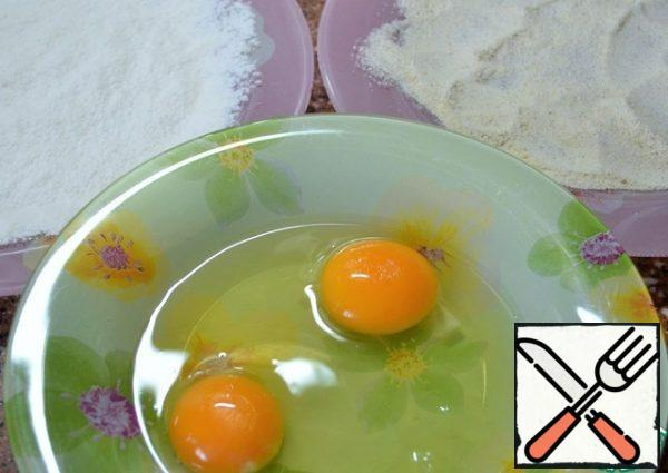 In three plates, pour the flour, break and mix the eggs, breadcrumbs + semolina.