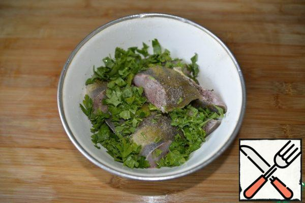 Fish clean, cut into portions, do not cut into fillets. RUB the fish pieces with salt, black pepper, lemon juice. Put the chopped coriander, put it on for 15 minutes to marinate in the cold.
