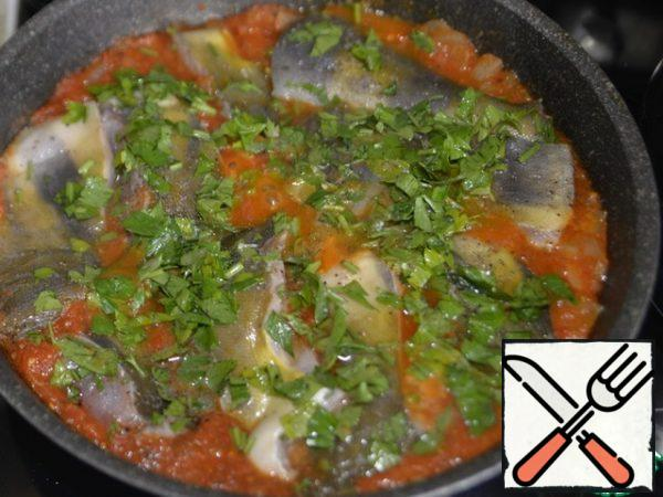 Put the pieces of fish in the sauce, pour the sauce on top. Cover with a lid, simmer over medium heat for about 20 minutes, until the fish is ready.