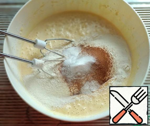 Sift flour with cinnamon, baking soda and nutmeg. Mix with a mixer at low speed.